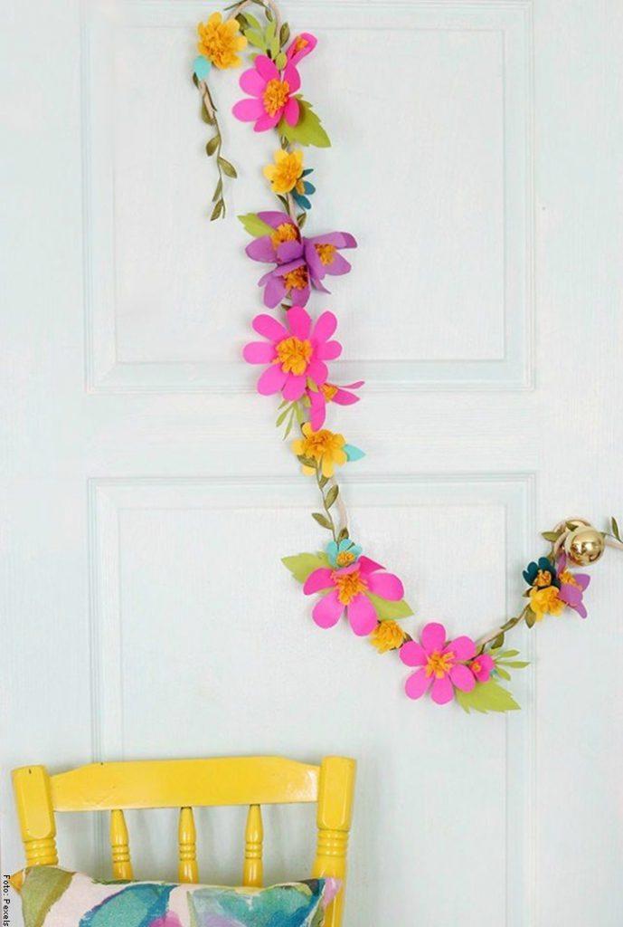 Foto de una guirnalda para ilustrar cómo hacer flores de papel