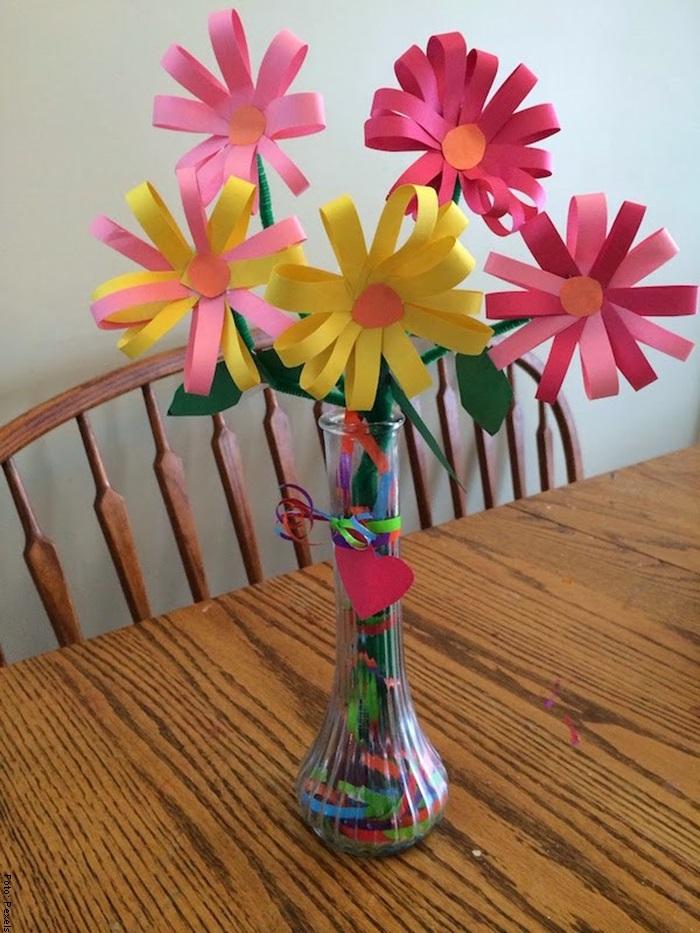 Foto de un florero con flores de papel