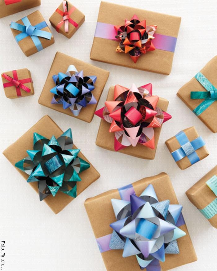 Foto de unos regalos con moños