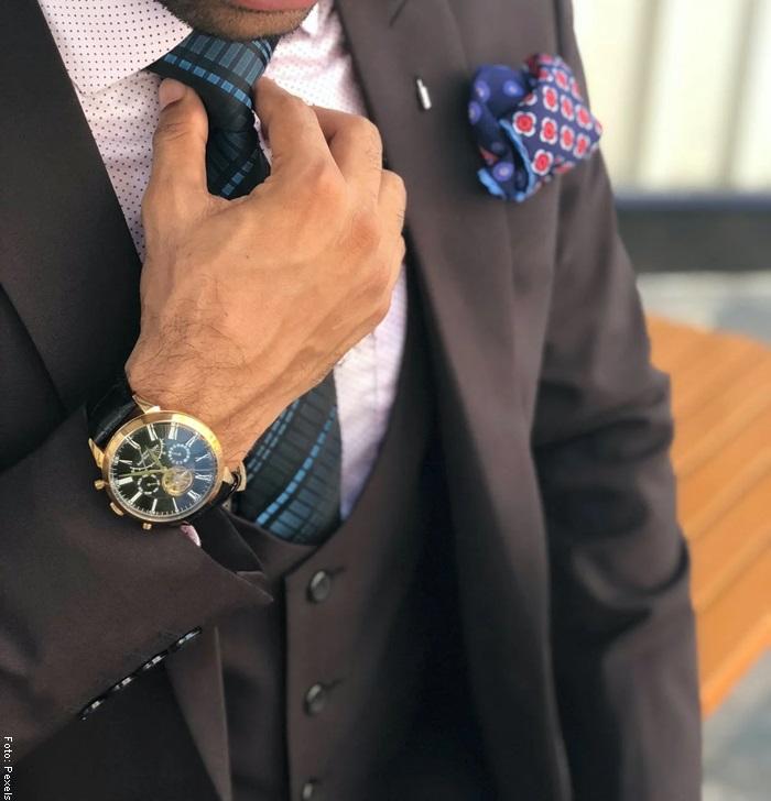 Foto de un hombre sosteniendo su corbata