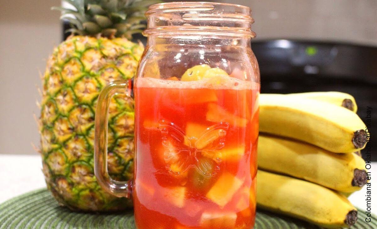 Foto de jarrón con fruta picada adentro