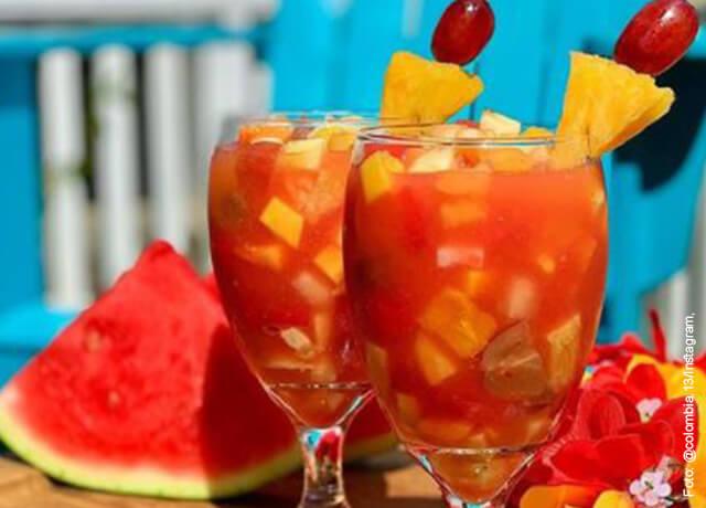 Foto de vasos llenos de fruta picada