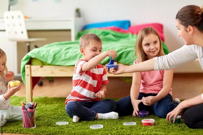Foto de una familia jugando para ilustrar cómo hacer slime