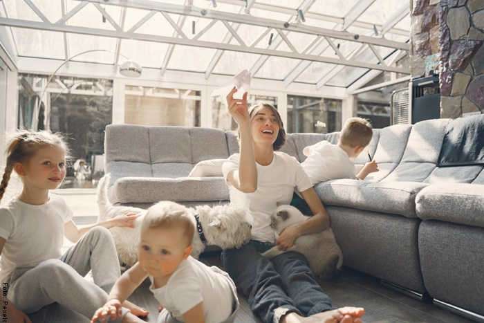Foto de una familia jugando con aviones de papel