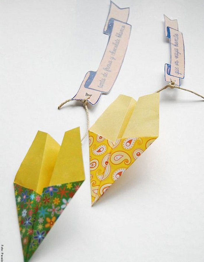Foto de aviones amarillos y verdes para ilustrar cómo hacer un avión de papel