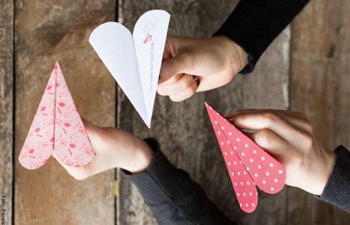 Foto de aviones de papel en forma de crazón