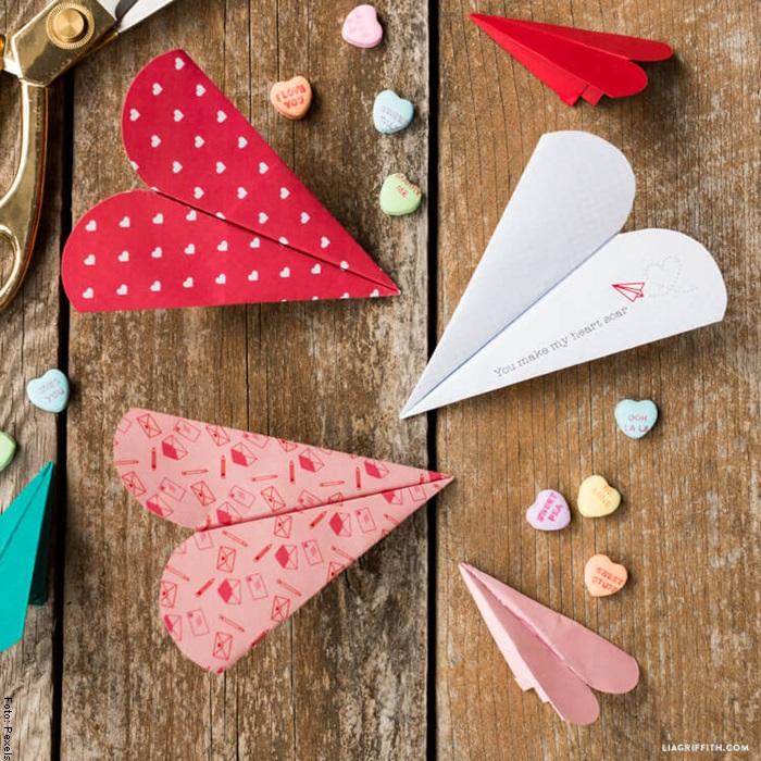 Foto de aviones forma de corazón para ilustrar cómo hacer un avión de papel
