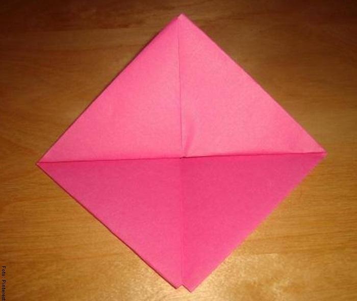 Foto de una hoja doblada para ilustrar cómo hacer un barco de papel