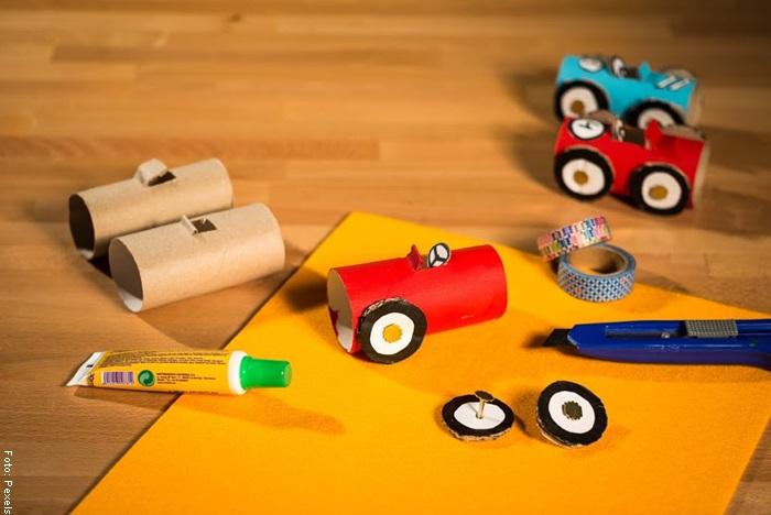 Foto de los materiales para saber cómo hacer un carro de cartón