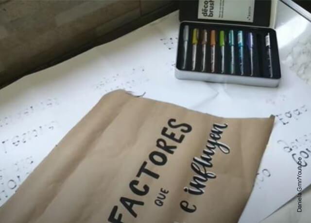 Foto de marcadores y papel kraft