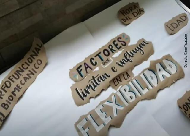 Foto de papel kraft con papeles escritos