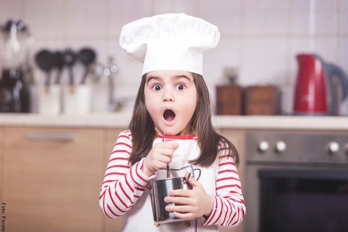 Foto de una niña con gorro de chef