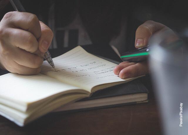 Foto de una persona escribiendo en una libreta
