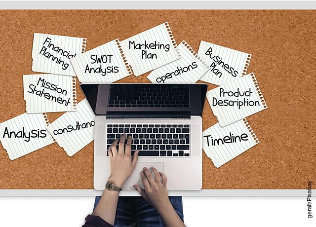 Foto de una persona trabajando en un computador que muestra cómo hacer un organigrama