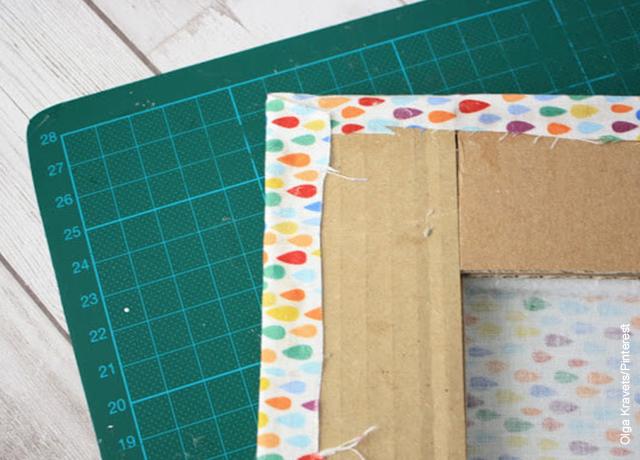 Foto de un marco de cartón pegado a una tela