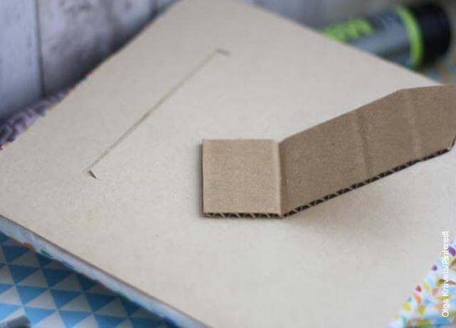 Foto de una lámina de cartón pegada a una pieza de cartón