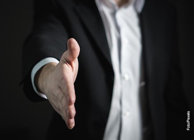 Foto de un hombre estirando la mano
