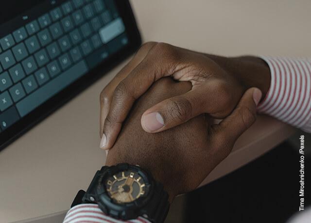 Foto de un hombre con las manos entrelazadas