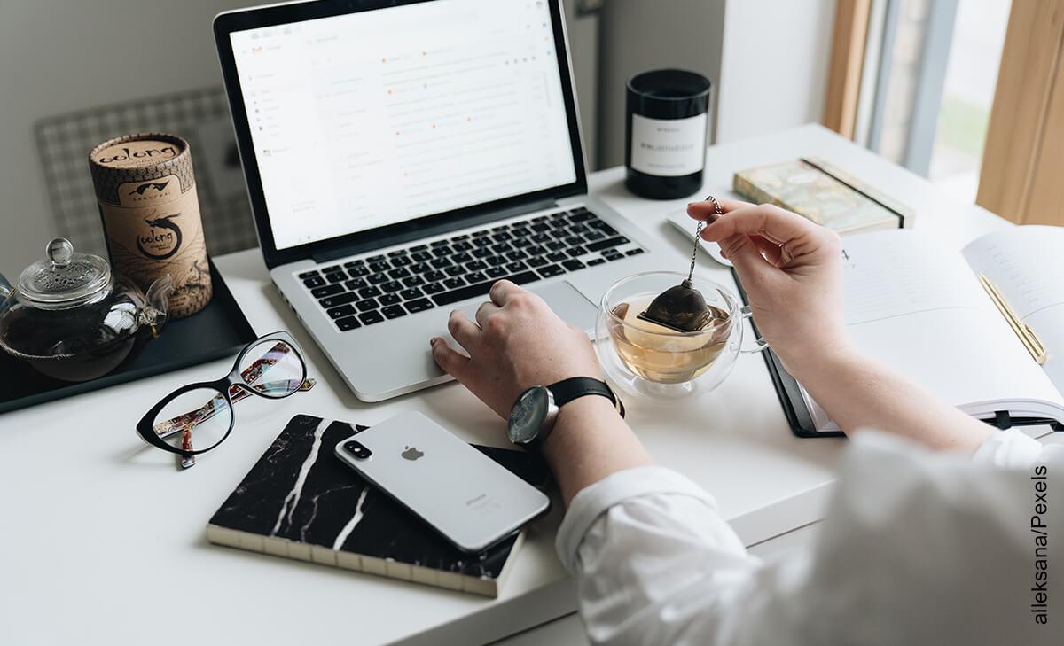 Foto de las manos de una mujer en una mesa de computador