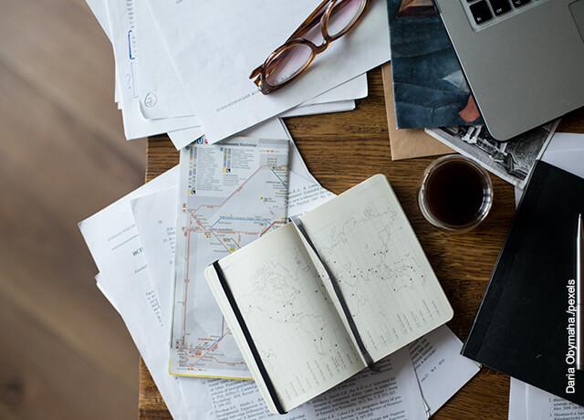 Foto de un cuaderno sobre una mesa