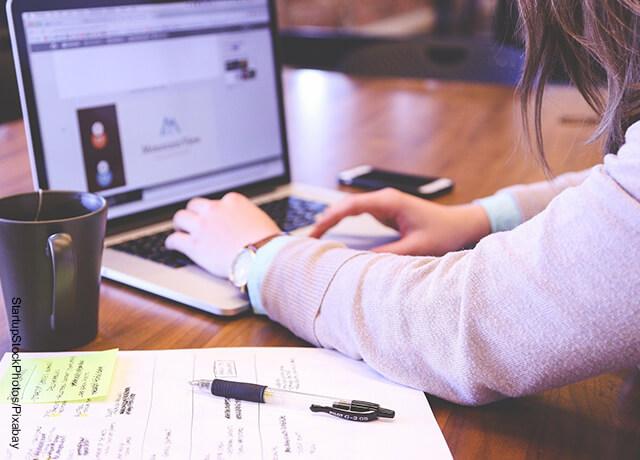 Foto de mujer escribiendo en computador que muestra cómo hacer una portada en Word