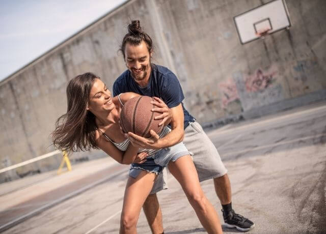 Foto de una pareja jugando baloncesto