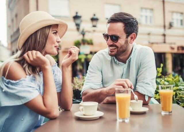 Foto de una pareja desayunando en una cafetería