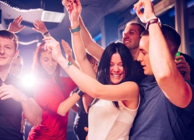 Foto de un grupo de personas bailando