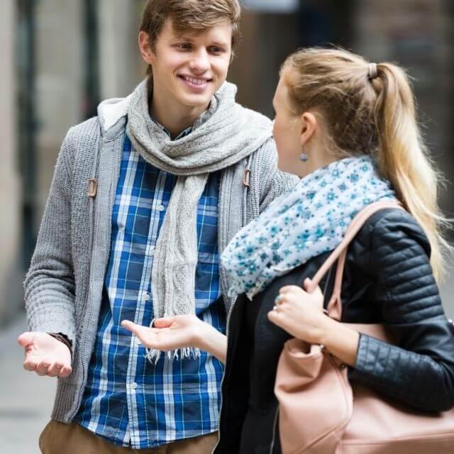 Foto de una pareja hablando para ilustrar cómo saber si le gustas a un hombre