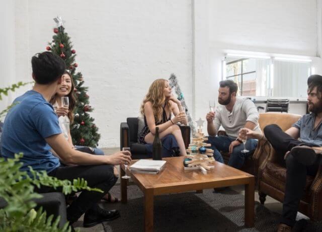 Foto de un grupo de amigos reunidos en una sala