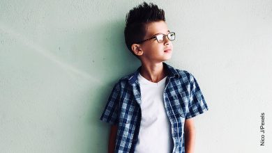 Foto de niño recostado en una pared