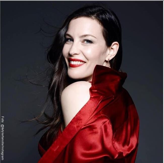 Foto de Liv Tyler posando con una camisa roja