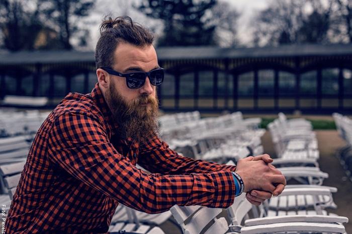 Foto de un hombre con barba larga para ilustrar el cuidado de la barba