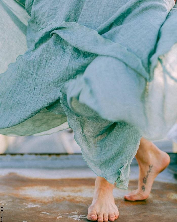 Foto de una mujer caminando descalza