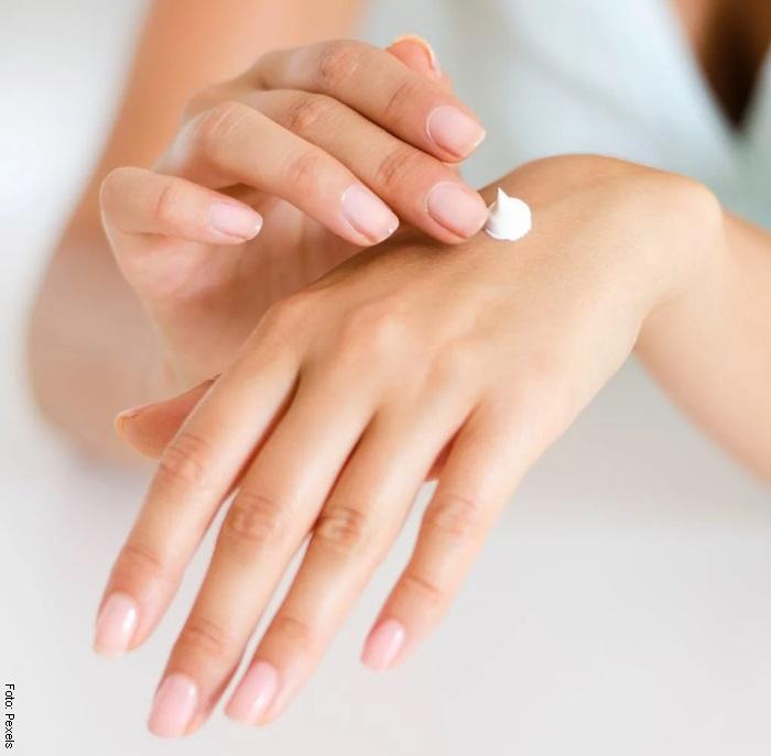 Foto de unas manos usando crema para ilustrar el cuidado de manos