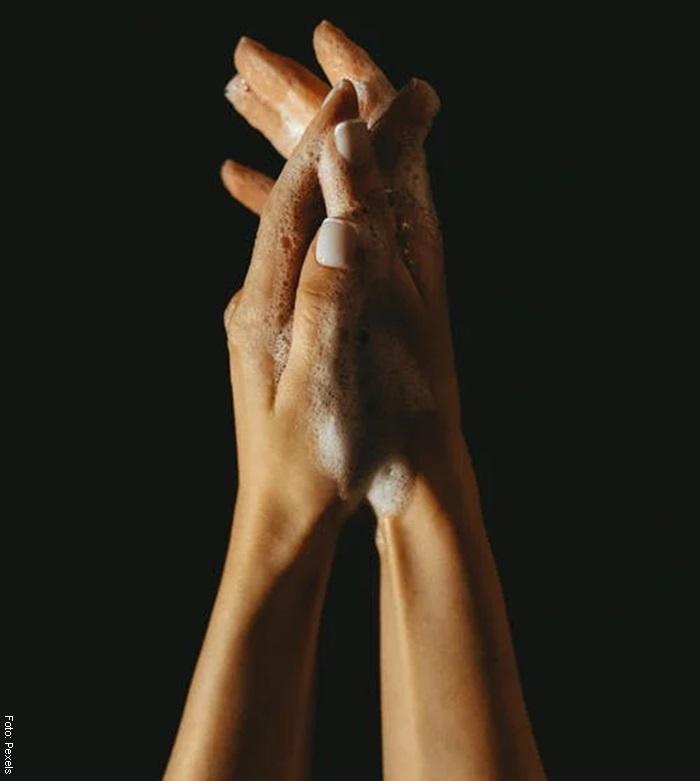 Foto de unas manos con jabón