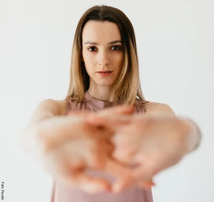 Foto de una mujer haciendo estiramientos