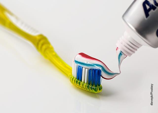 Foto de una crema y un cepillo de dientes