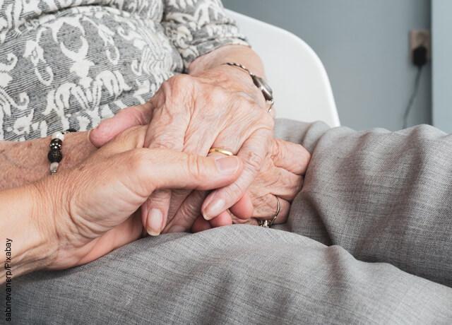 Foto de ancianos tomados de la mano