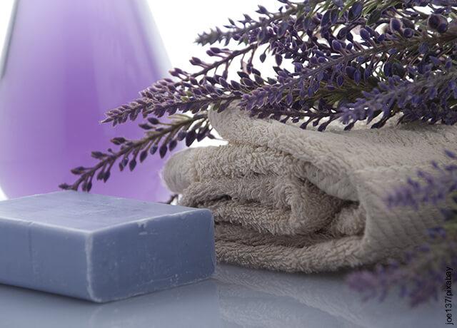 Foto de toalla y jabón de baño