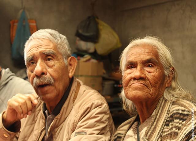 Foto de ancianos mirando al frente