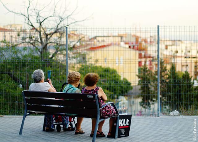 Fotos de ancianas sentadas en parque que ilustran cuidados del adulto mayor