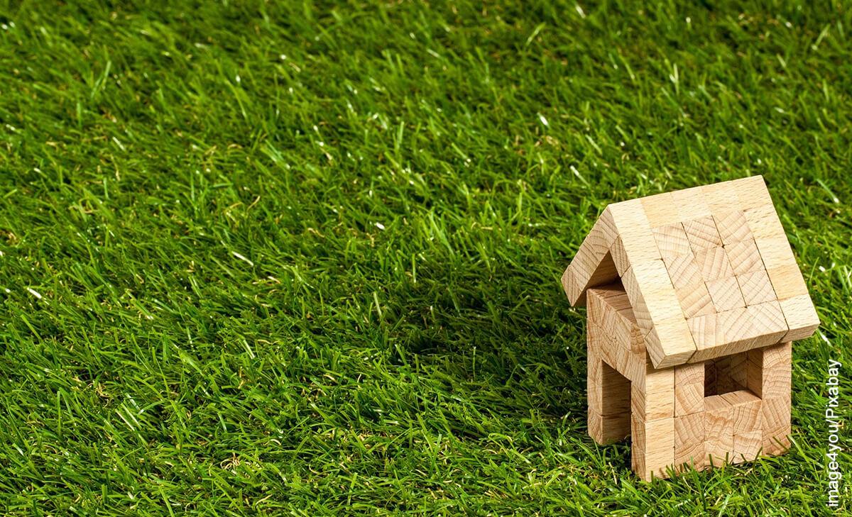 Foto de una casa de madera sobre el césped
