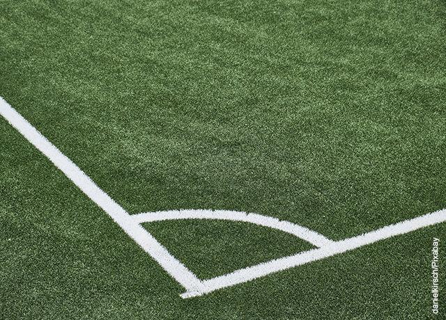 Foto de una cancha de fútbol que muestra los cuidados del césped artificial