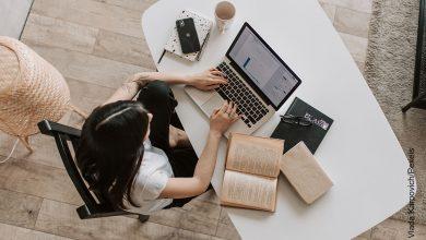 Foto de una mujer trabajando en su computador portátil