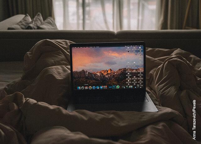 Foto de un portátil en medio de las piernas que ilustra los cuidados del computador