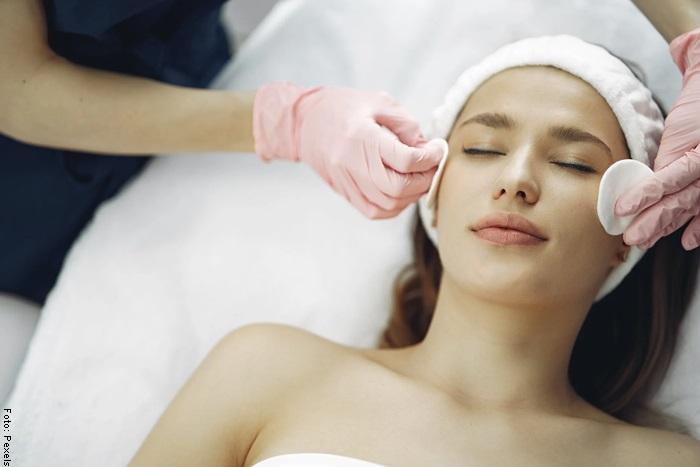 Foto de una mujer limpiándose la cara