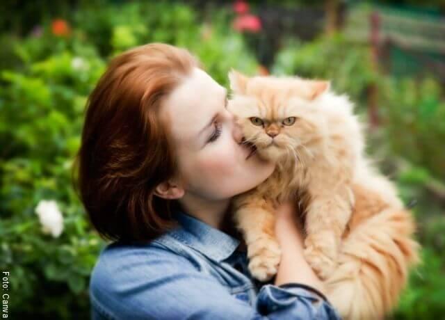 Foto de una mujer abrazando a un gato