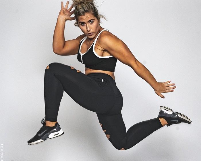 Foto de una mujer saltando