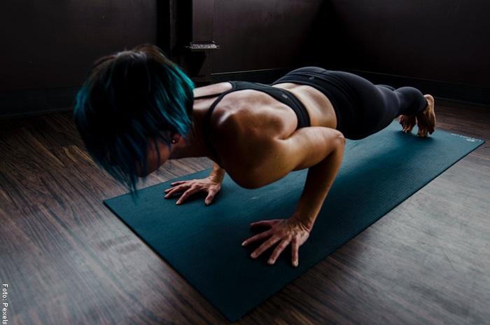 Foto de una mujer haciendo planchas para ilustrar ejercicios de cardio en casa